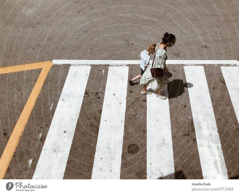 Abbey Road Fake Zebrastreifen Personen Mutter Kind Mensch Familie & Verwandtschaft Eltern Kindheit urban Asphalt laufen Stadt Vogelperspektive Überqueren