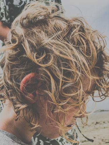 Wuschelkopf Kind Haare Frisur blond Locken lockig Haare & Frisuren Gesicht Friseur unordentlich kämmen ungekämmt durcheinander Mensch Junge Strand baden