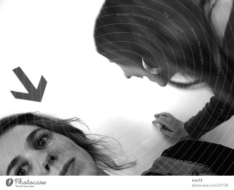 du? Porträt Frau feminin 2 schwarz weiß ernst Ecke Pfeil Blick Gesicht Kopf Anschnitt