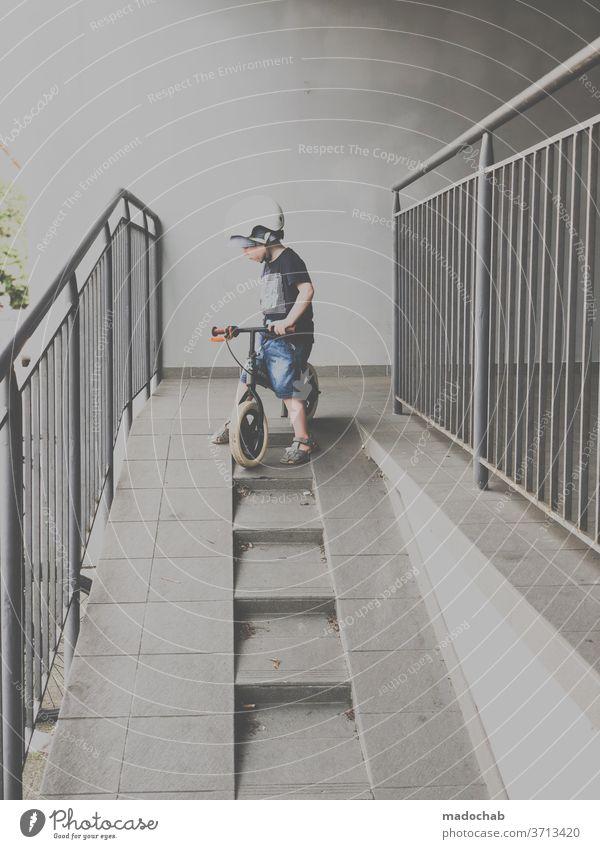 Stuntman Kind Fahrrad Helm Sicherheit gefährlich Treppe Rampe Kindheit Mut Extremsport springen Sport Coolness Trick Funsport Aktion Trick Jump Dynamik Bewegung