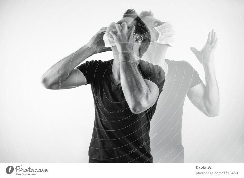 genervter Mann mit Atemschutzmaske verliert die Gedult Corona Coronavirus Pandemie Maske authentisch echt durchdrehen Geduld verlieren Mundschutz Virus