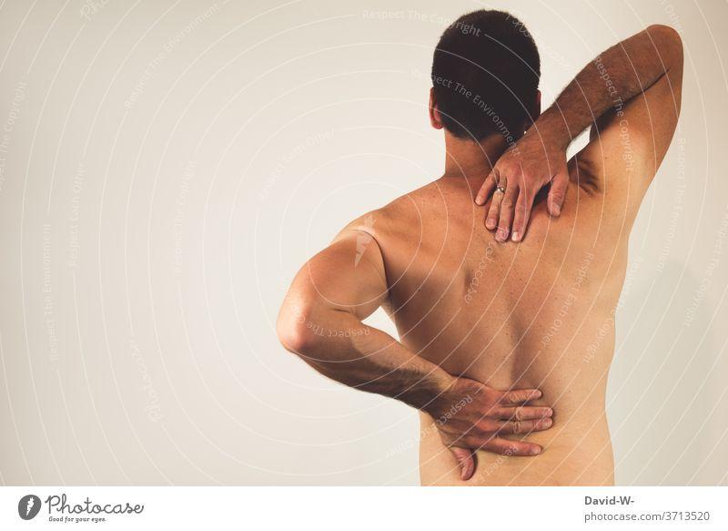 Mann mit Rückenschmerzen Schmerzen Mensch Farbfoto Gesundheit Gesundheitswesen Erwachsene Wirbelsäule Hand wehtun Therapie Bandscheibenvorfall Stress Muskulatur
