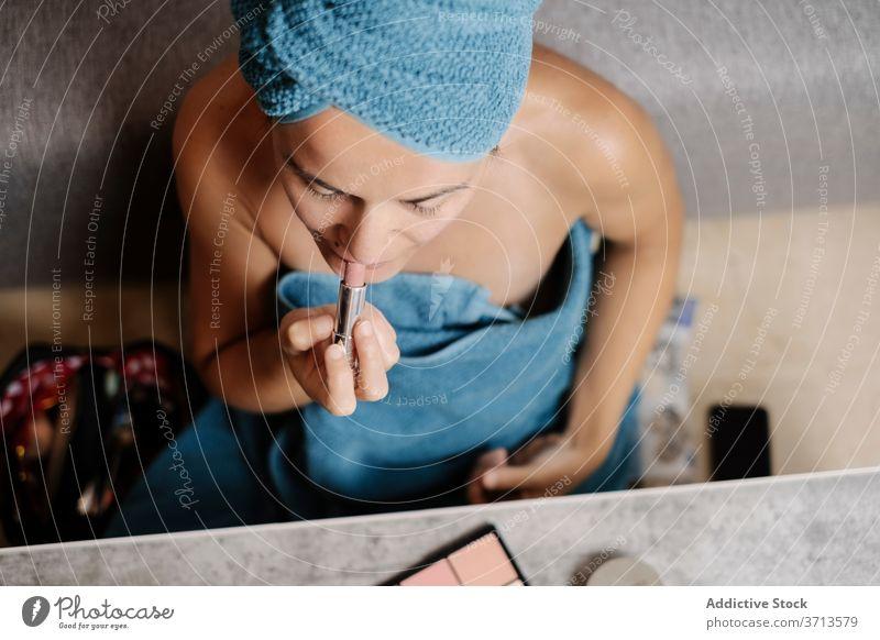 Frau beim Schminken und Auftragen von Lippenstift Make-up bewerben Schönheit Kosmetik verwöhnen Hautpflege Leckerbissen natürlich Pflege Tube Routine Morgen