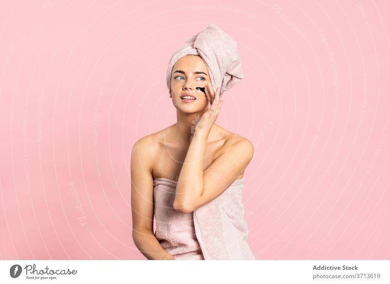 Frau macht Hautpflege-Routine sanft Holzkohle Anti-Makel Dermatologie Setzen Mitesser Reinigungsmittel schön Wohlbefinden Reinigen Behandlung reinigend