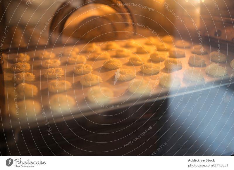 Gebäck im heißen Ofen backen Temperatur kulinarisch Kleinunternehmen Abfertigungsschalter frisch heimwärts Bäckerei Küche Koch vorbereiten Gerät Leckerbissen