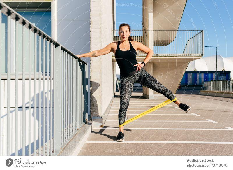 Fit Frau tun Übungen mit Widerstand Band widersetzen elastisch Sportlerin stark Dehnung Athlet passen Fitness Sportbekleidung schlank Gesundheit Wellness