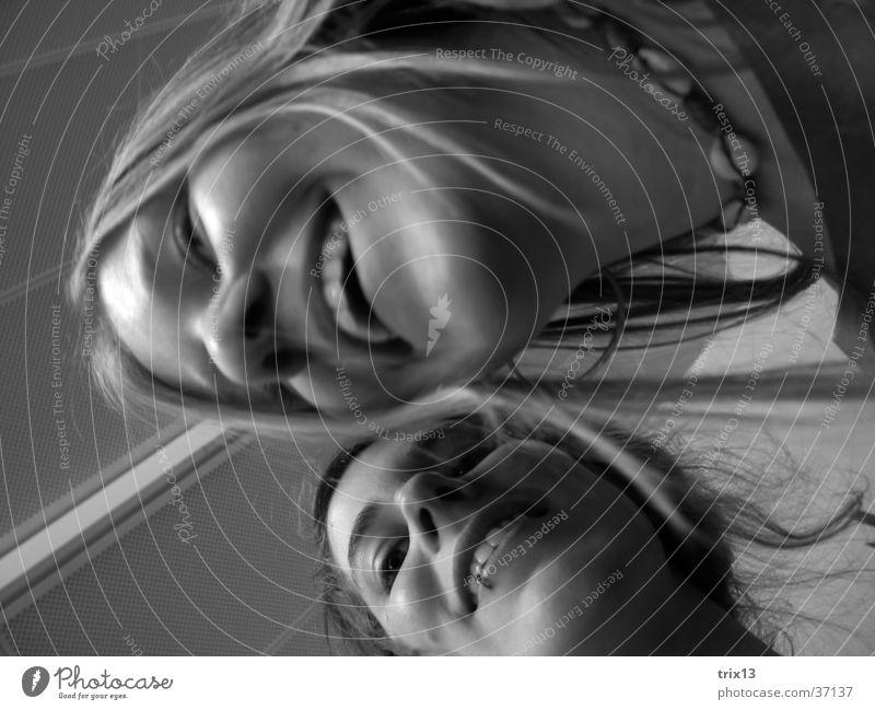 happy time! Frau feminin schwarz weiß Froschperspektive lachen Gesicht schreg lustig