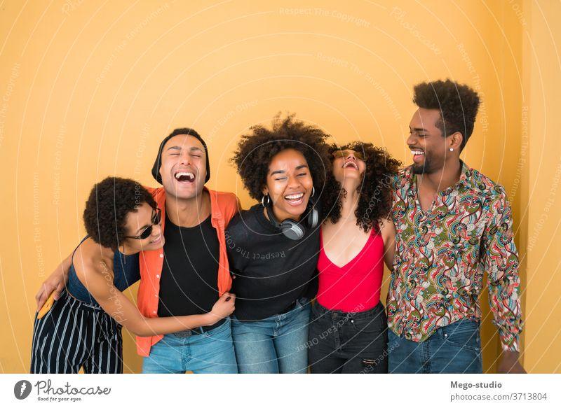 Afro-Freunde, die gemeinsam Spaß haben. Zusammensein heiter Lächeln Menschen Amerikaner schwarz Afrikanisch Freundschaft Afro-Look Frau Frauen männlich Hipster
