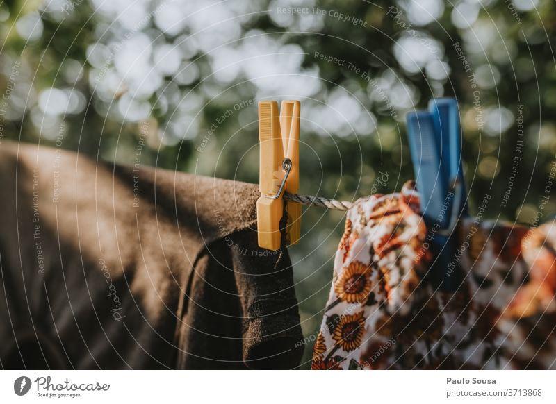 Aufhängen von Kleidung an der Wäscheleine Bekleidung Kleiderhaken Kleiderspin Farbfoto Sauberkeit aufhängen Haushalt weiß Waschtag Klammer Wäsche waschen