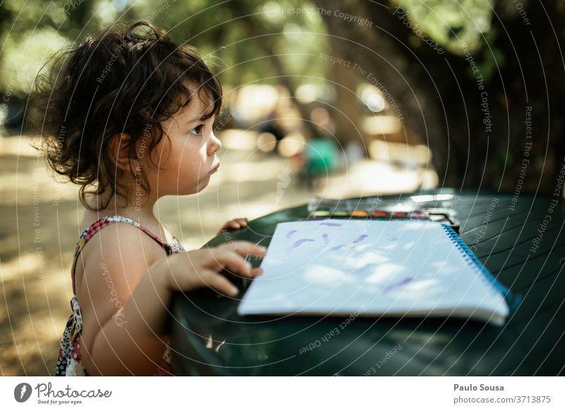 Kinder lesen im Freien Kindheit Freizeit & Hobby Kaukasier Fröhlichkeit Porträt Außenaufnahme Farbfoto Lifestyle Mensch Menschen Glück Freude verärgert