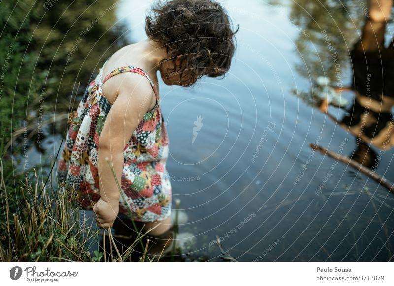 Kind im Fluss Kindheit Kindheitserinnerung Sommer Sommerurlaub reisen Freizeit & Hobby Bad Erfrischung Fröhlichkeit Ferien & Urlaub & Reisen Natur mehrfarbig