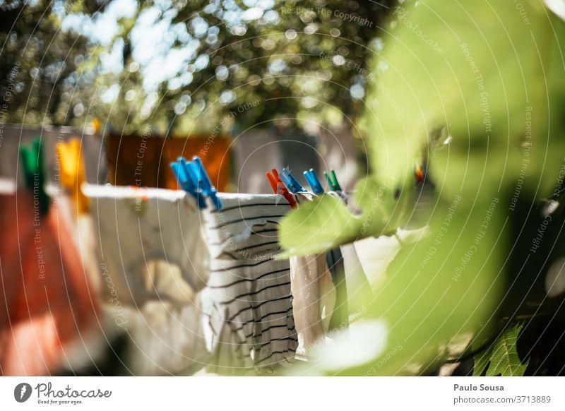 Kleider auf der Wäscheleine Bekleidung Kleiderspin Außenaufnahme Waschtag aufhängen Haushalt Farbfoto Kleiderhaken Häusliches Leben Klammer Wäscherei trocknen
