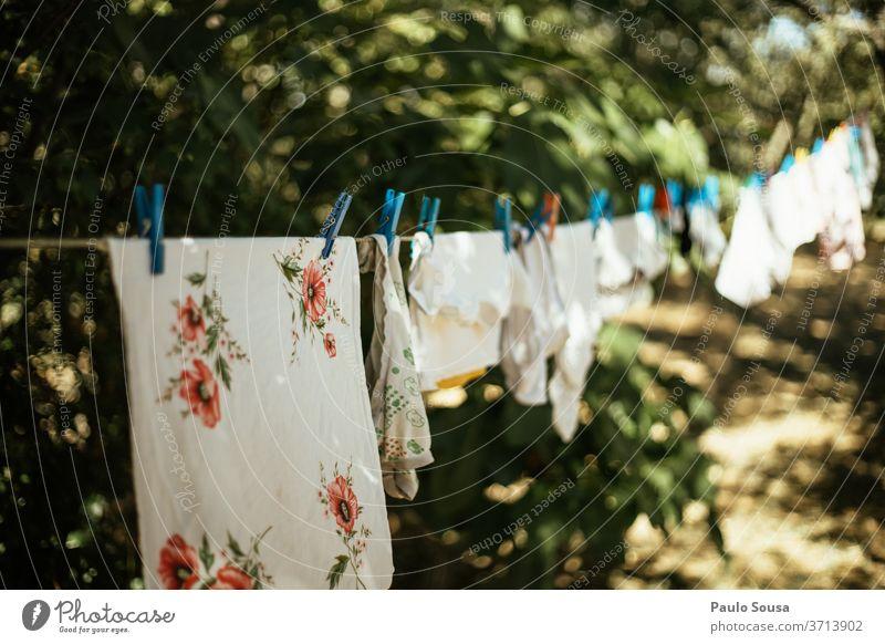 Kleider auf der Wäscheleine Bekleidung Kleidung weiß hängen Farbfoto Häusliches Leben Waschtag Wäsche waschen Sauberkeit Außenaufnahme aufhängen trocknen