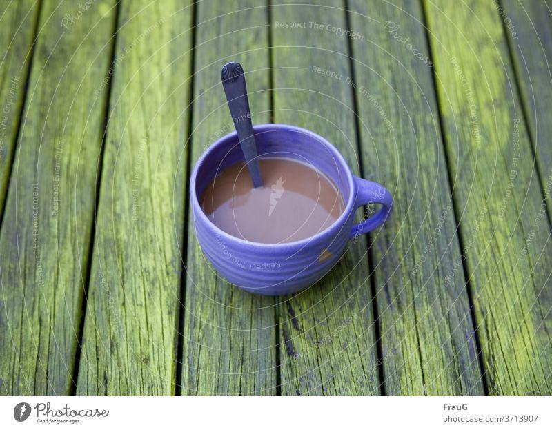 Farbkombination | blaue Tasse, grüner Tisch und Kaffee Holz gestrichen Steingut Löffel Getränk Frühstück Urlaub Urlaubsstimmung
