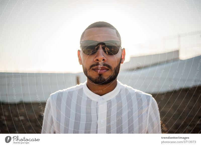 Porträt eines selbstbewussten und ungezwungenen Mannes, moderner Muslim mit Sonnenbrille Unternehmer Marokkaner elegant Lifestyle modisch lässig cool Hoffnung