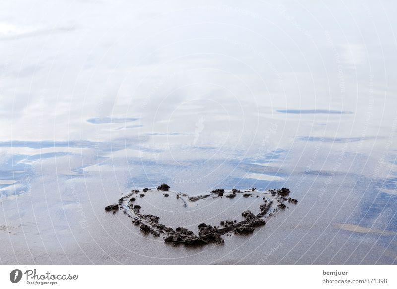 Strandherz Natur blau Wasser Liebe Küste grau Sand Herz Romantik Flüssigkeit Sandstrand Zeichnung Sympathie herzförmig gezeichnet