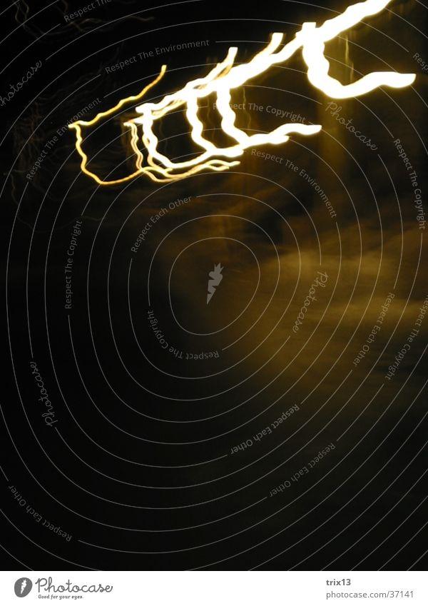 lightgames_4 Licht Nacht dunkel Streifen gelb weiß Lampe Fototechnik Unschärfe