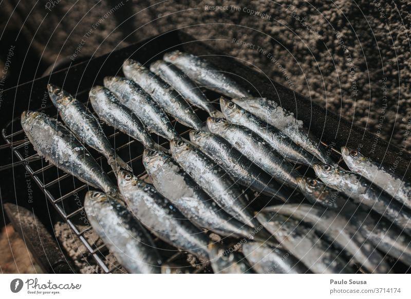 Fisch auf dem Barbecue-Grill Sardinen Grillrost gegrillt Gegrillter Fisch Grillen Grillsaison Grillkohle gegrilltes Fleisch Außenaufnahme Sommer heiß Ernährung