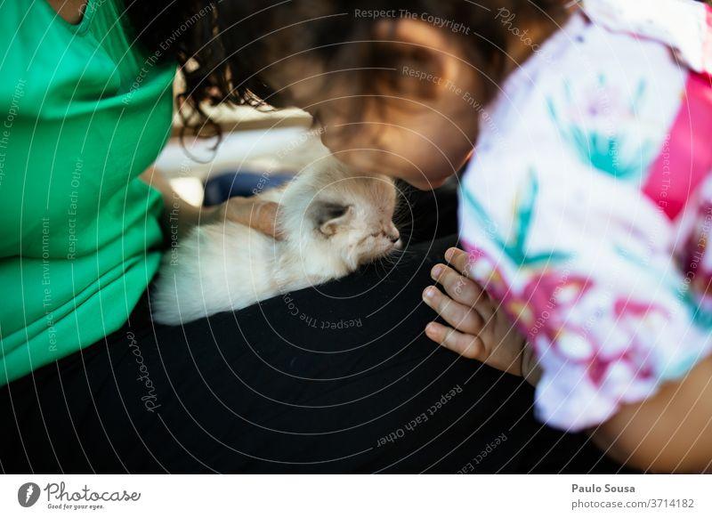 Kind küsst kleine Katze Kindheit Kindheitserinnerung Tierliebe Babykatze Liebe Hauskatze Tag Tierporträt Farbfoto 1 niedlich Haustier Tierjunges Außenaufnahme