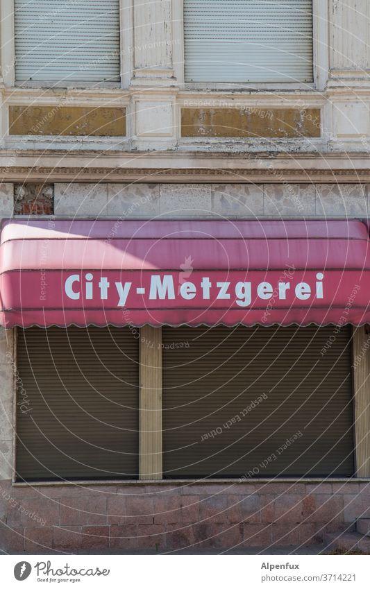 Laden dicht Metzgerei geschlossen Außenaufnahme Wurstwaren Farbfoto Ernährung Lebensmittel Menschenleer ladensterben Tod Schriftzeichen Tag Handel City