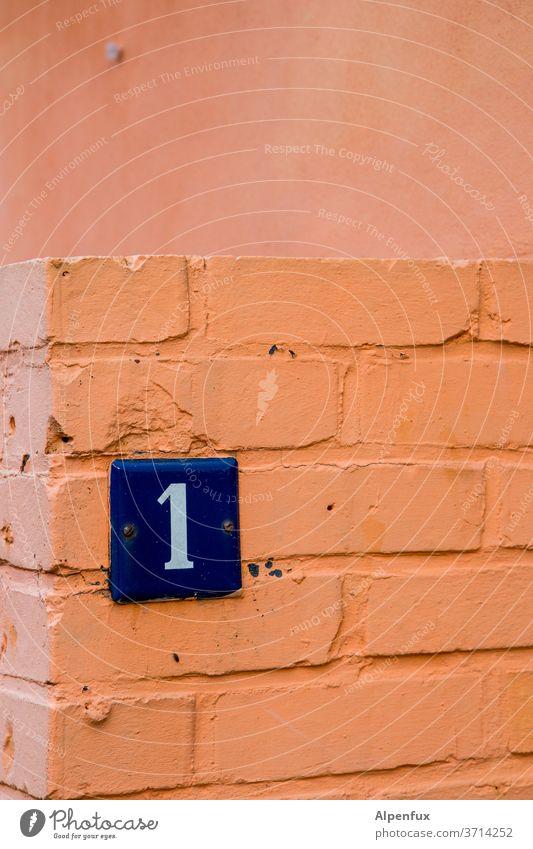 Einsampfosten 1 Ziffern & Zahlen Schilder & Markierungen Hausnummer Wand Außenaufnahme Menschenleer Farbfoto Zeichen Mauer Fassade Tag Schriftzeichen