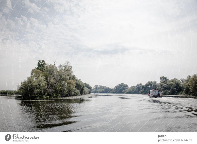 ferien auf dem fluss. Fluss Wasser Wasserfahrzeug Flussufer Floß Hausboot Schifffahrt Bootsfahrt Außenaufnahme Ferien & Urlaub & Reisen Ausflug Menschenleer