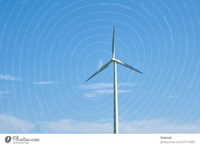 Windkraftanlage gegen blauen Himmel. Energiekonzept Windkraft Erzeuger Turbine Industrie Elektrizität alternativ Kraft Sauberkeit regenerativ Umwelt