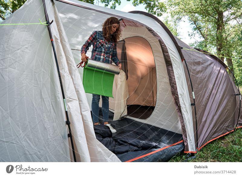 Tourist in einem Campingzelt im Wald Lager Zelt im Freien wandern Frau Bäume Ausflug Wanderung Familie Abenteuer Hintergrund Fundstück Entdecker Hobby Reise