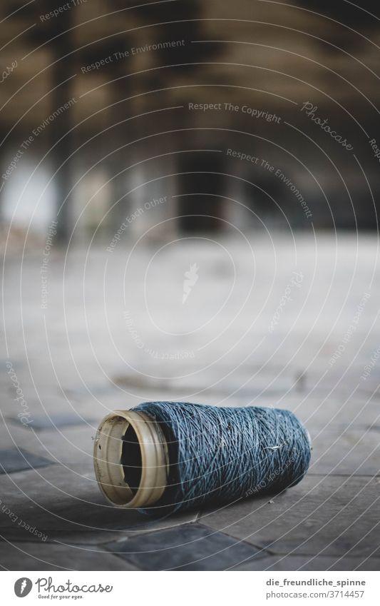 Spindel am Boden Nähen Schneidern garn fusel rolle Handarbeit Handwerk Nähgarn Rolle Mode Stoff Freizeit & Hobby Nahaufnahme Nadel Kurzwaren Nähmaschine nähen