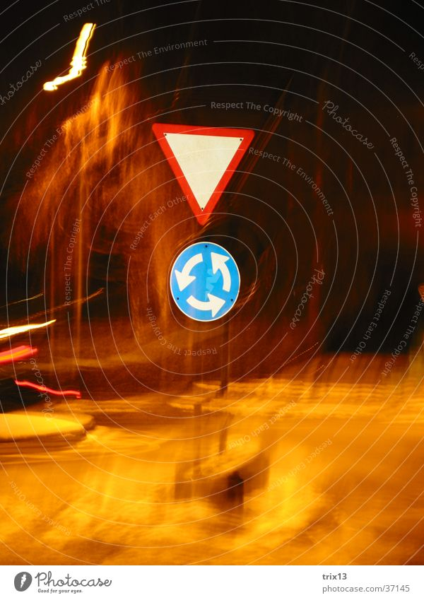 Verkehrsschilder Nacht dunkel Licht Kreisel Lichtstreifen Fototechnik Unschärfe Mischung
