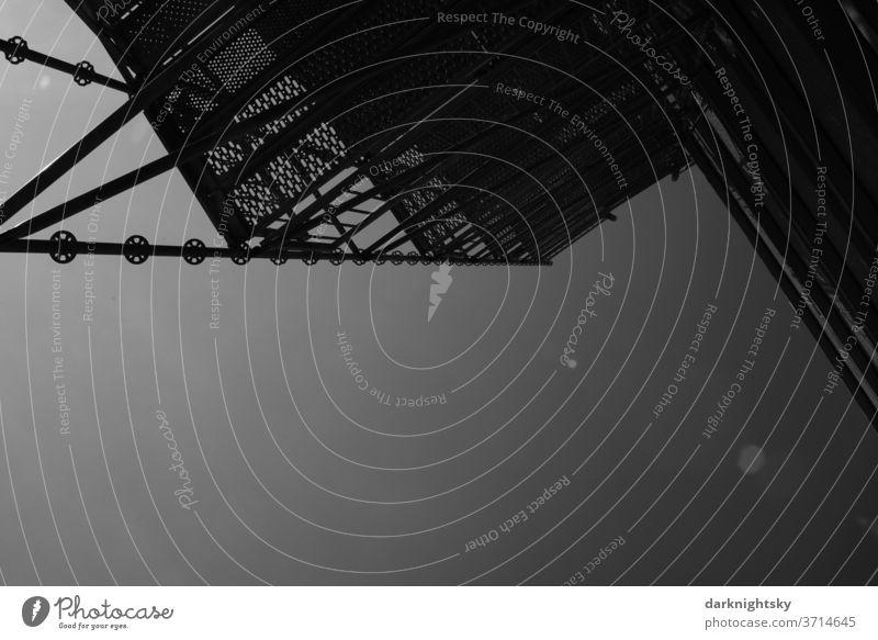 Gerüst an einem Gebäude zur Sanierung und als Einrichtung für die Sicherheit Technik Baustelle Architektur Menschenleer Außenaufnahme Haus Himmel Baugerüst