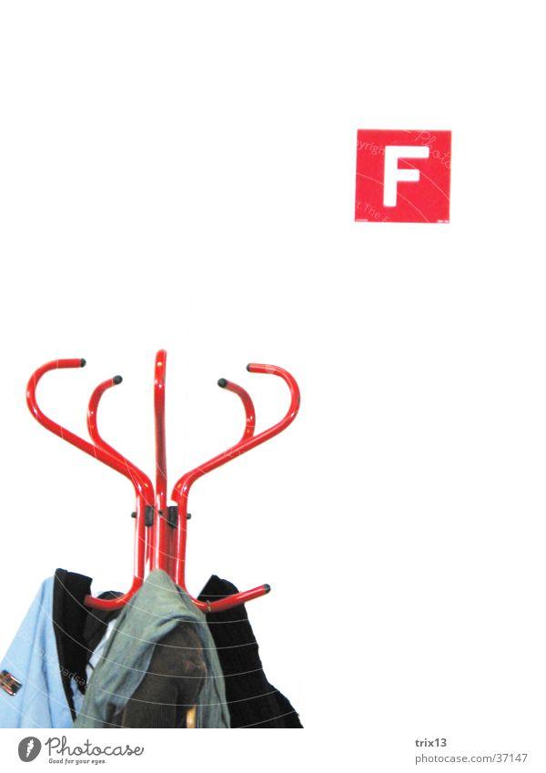 Kleiderständer rot weiß Jacke Wand Dinge zerkleinern F feuerlöscherzeichen Detailaufnahme