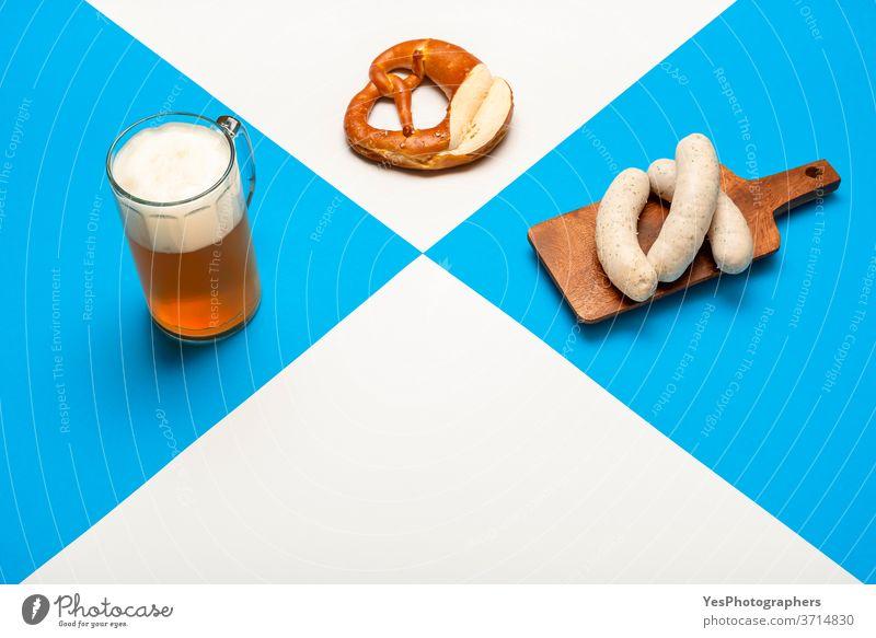 Oktoberfesttafel mit einem Pint Bier, Weißwurst und Brezel. Bayerisches Traditionsmahl Bayern Deutschland Alkohol Hintergrund Bar bayerisch Getränk blau brauen