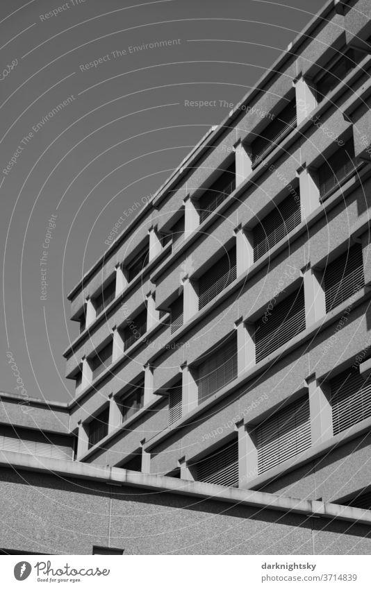 Beton Architektur in schwarz und weiß Gebäude Büro Brutalismus Planen bauen sanieren Fassade Fenster Raster