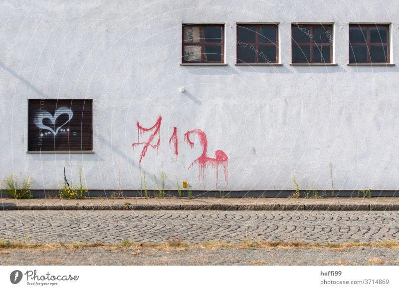 vier Fenster mit Graffiti Wand Herz herzförmig Gefühle grau Tristesse minimalistisch Mauer Liebe Fassade Zeichen rot Verfall Schriftzeichen
