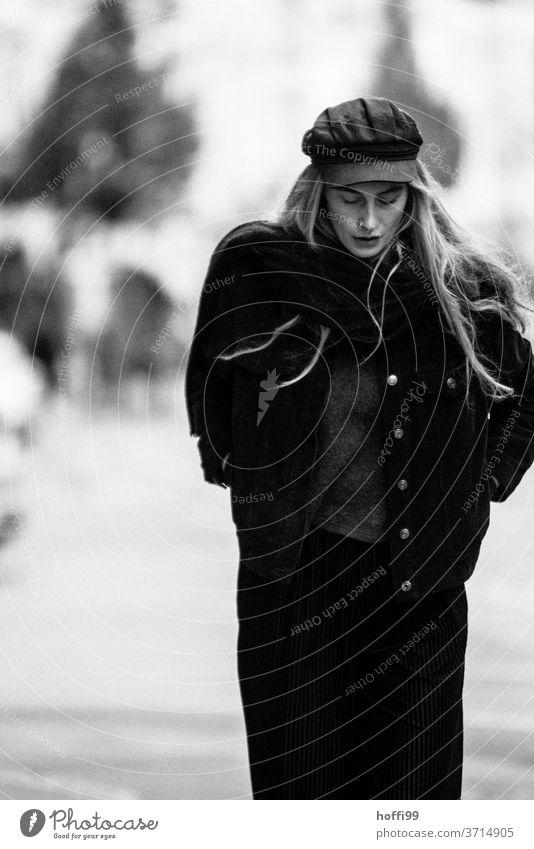 die Frau geht  nachdenklich in sich gekehrt die Strasse runter blond Melancholie langes Haar Porträt Kopf 1 schön Jugendliche portraite feminin natürlich