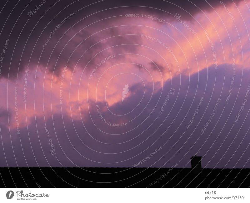 violette wolken Dach Wolken schwarz gelb schlechtes Wetter Himmel Strukturen & Formen Abenddämmerung rosa Schornstein Wolkenformation Menschenleer Außenaufnahme