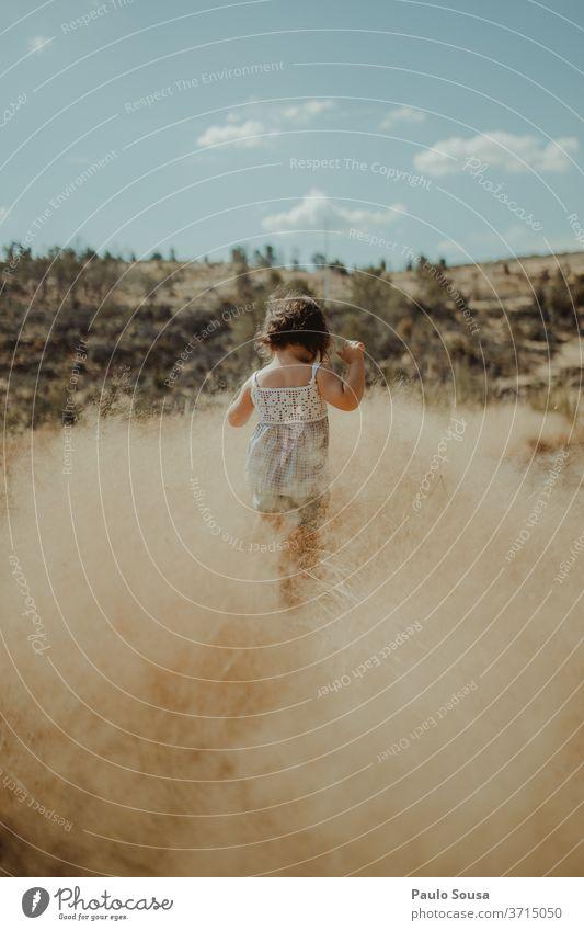 Rückansicht eines auf dem Feld spielenden Kindes Sommer Sommerurlaub Reisefotografie reisen Kindheit Kinderspiel Natur Freizeit & Hobby Außenaufnahme Farbfoto