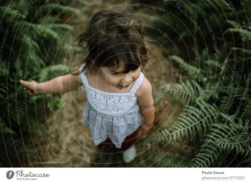 Kind auf einem Farnfeld Kinderspiel Kleinkind Natur Wurmfarn 1-3 Jahre Farbfoto Kindheit Mensch Spielen Außenaufnahme Freizeit & Hobby Glück Fröhlichkeit