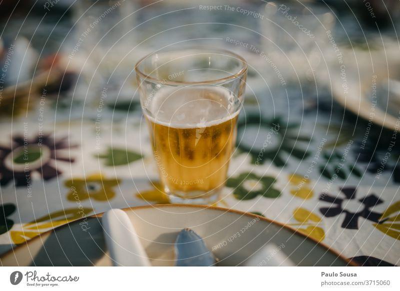 Glas Bier auf einem Tisch Erfrischungsgetränk Gastronomie Menschenleer kalt lecker Außenaufnahme Biergarten Tag Bierglas Farbfoto Getränk trinken Alkohol