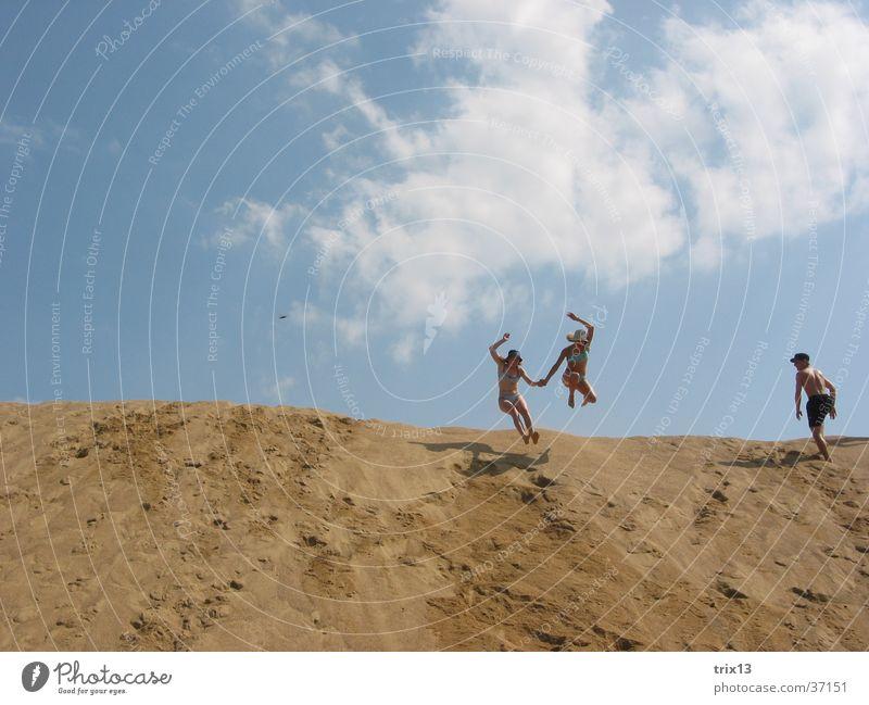 Sandsprung_2 Mensch Himmel blau Wolken Ferne springen Sand 2 Hügel Hand in Hand