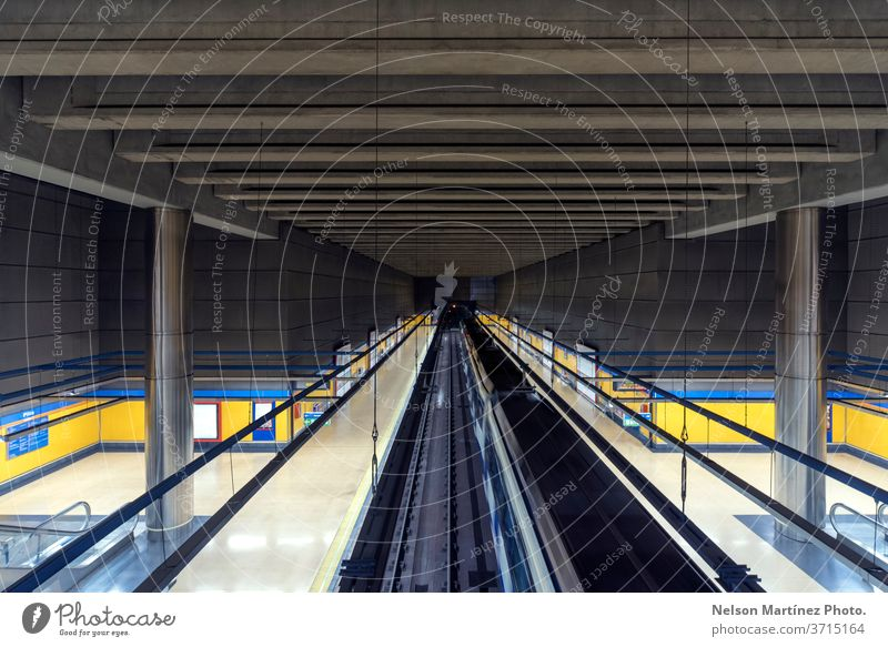 Perspektive eines leeren Bahnhofs. Linien und Formen. Abstrakter Hintergrund. Transport U-Bahn Eisenbahn Geschwindigkeit Verkehr sich[Akk] bewegen Konstruktion