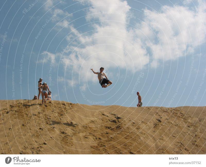sandsprung_1 Mensch Himmel Sonne Sommer Ferien & Urlaub & Reisen Wolken springen Sand hoch Niveau