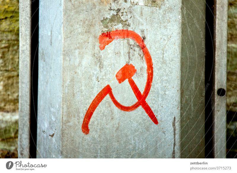 Revolutionsaufruf mit Hammer und Sichel alt revolution baustelle symbol sichel weltrevolution proletariat hammer altstadt antik architektur geschichte historie