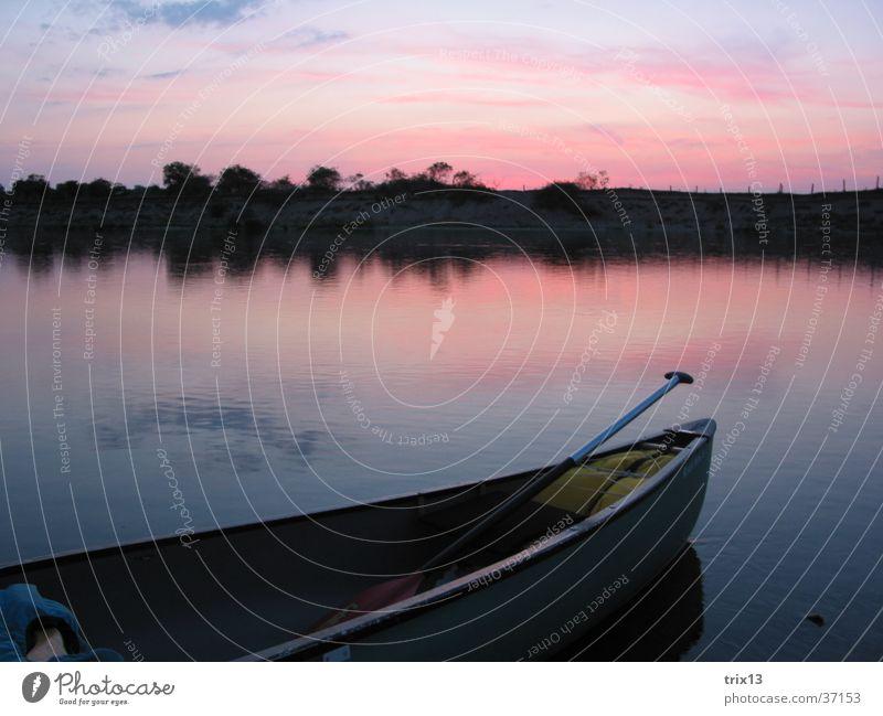 kanu auf der loire Wasser Himmel Sonne blau rot ruhig Wolken Einsamkeit Ferne Wasserfahrzeug Insel Fluss Kanu Paddel Loire