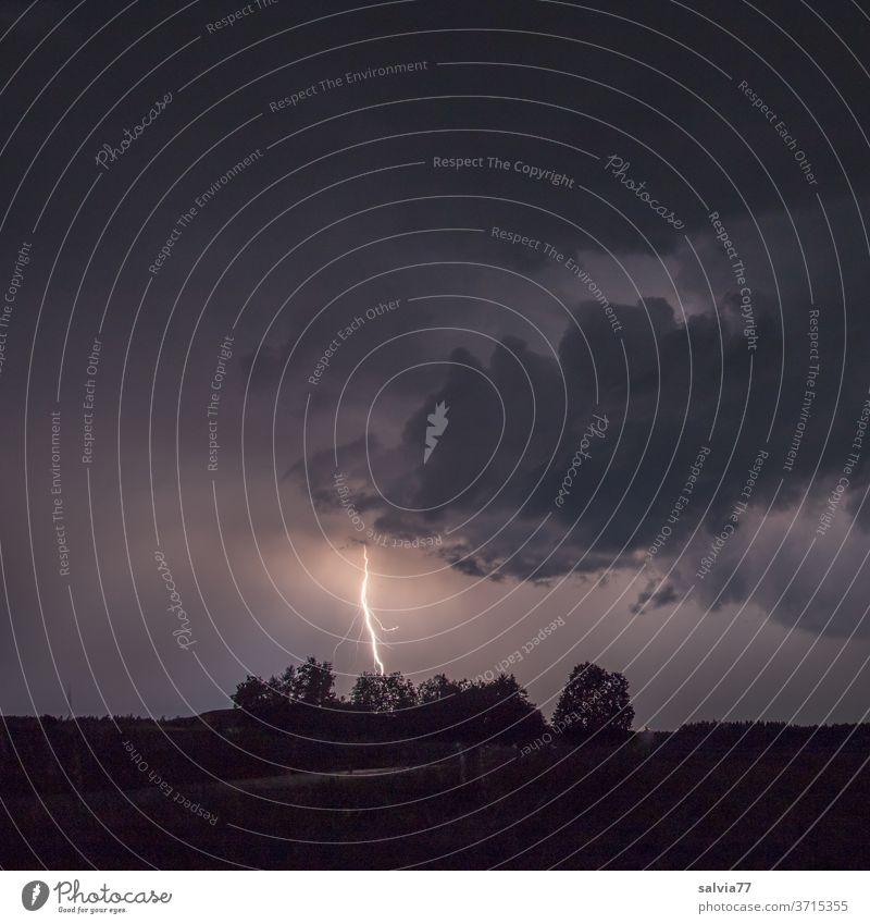 Blitzeinschlag Gewitter Nacht Wolken Himmel Unwetter schlechtes Wetter Gewitterwolken Nachthimmel Lichterscheinung Umwelt Urelemente Klima Natur Menschenleer