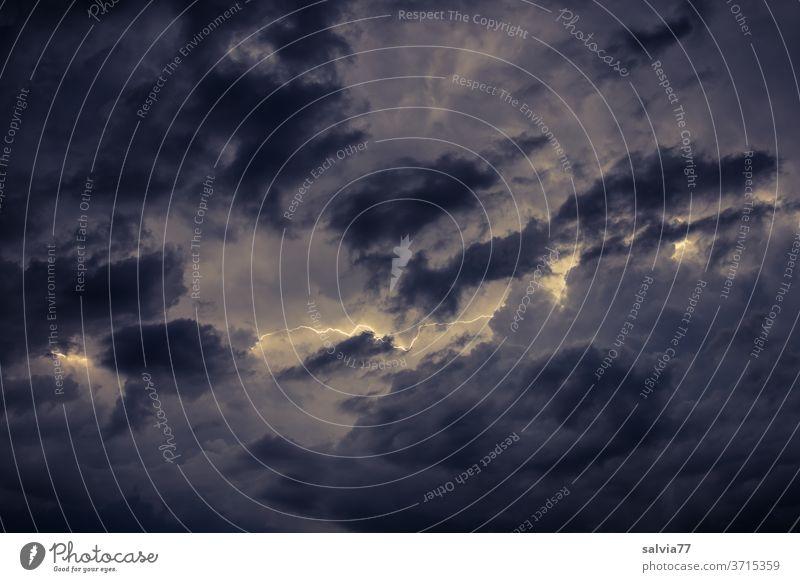 Wolkenblitz Blitz Gewitter Nacht Wetter Nachthimmel Unwetter Gewitterwolken Himmel schlechtes Wetter Lichterscheinung Menschenleer Urelemente Sturm bedrohlich