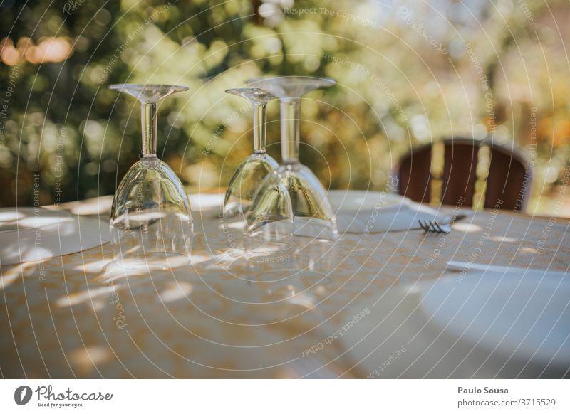 Gläser auf einem Tisch Glas Brille im Freien Restaurant Gastronomie Sommer trinken Hintergrund Menschenleer Lebensmittel Wein Stil Ernährung Design Party Bar