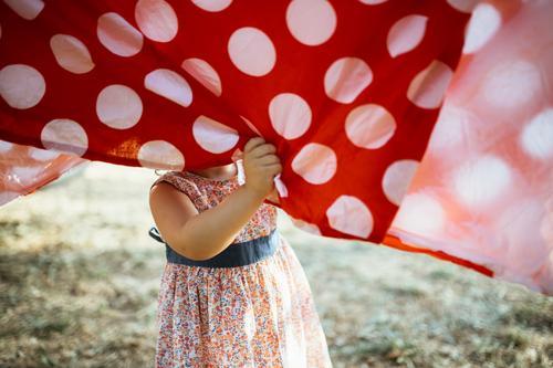 Mädchen hat Spaß an hängender Kleidung erhängen Wäscheleine Spaß haben lustig Kind Kinderspiel Kindheit Kindheitserinnerung Kindererziehung Lifestyle
