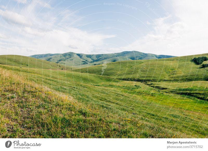 Wunderschöne Hügellandschaft in den Bergen Abenteuer Hintergrund Wolken Land Landschaft Umwelt Europa erkunden Ackerland Feld Freiheit Gras Grasland grün